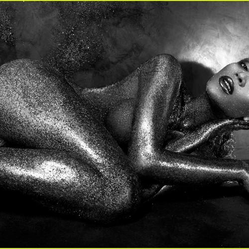 Beyonce само по парфюм…и брокат!