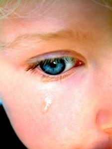 Да плачем ли пред децата, или да крием сълзите си