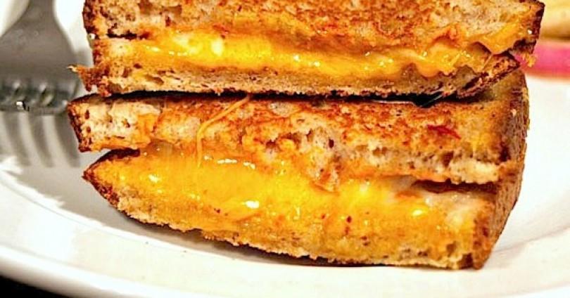 Бърз и много вкусен, хрупкав сандвич за неделна закуска