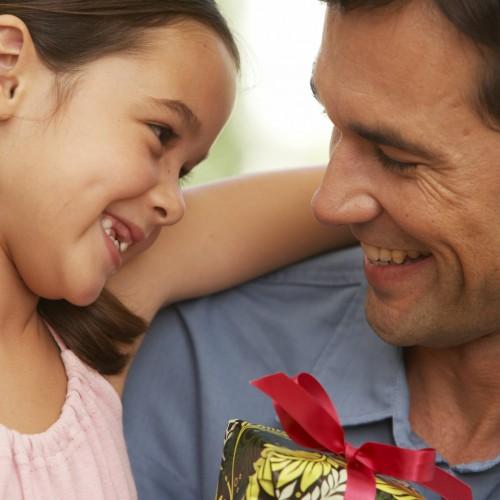 Как да го накараме да помага с децата