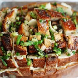 Вкусно и бързо – препечен хляб с пресен лук и кашкавал