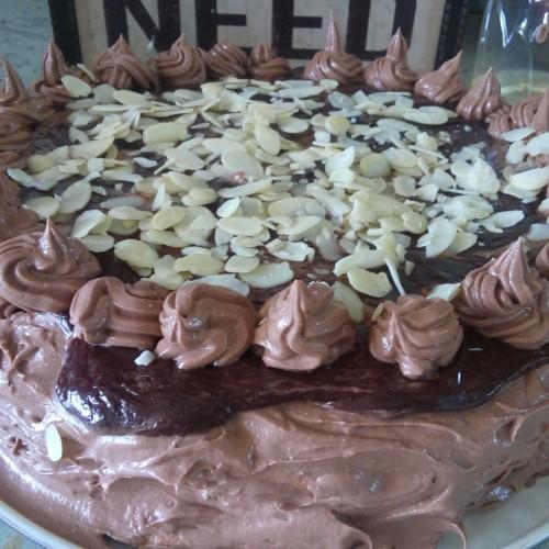 Супер вкусна и лесна шоколадова торта с орехи